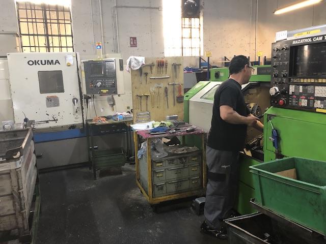Célula de Mecanizado formada por dos tornos CNC convencionales.