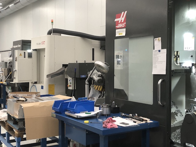 Célula de Mecanizado formada por un torno CNC y un centro de mecanizado.