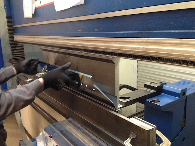 Plegado de chapa metálica en una calderería industrial